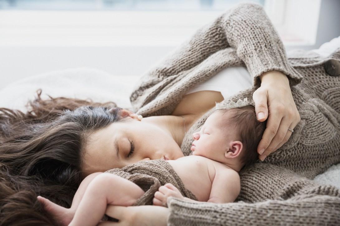 Vauva ja äiti sängyllä