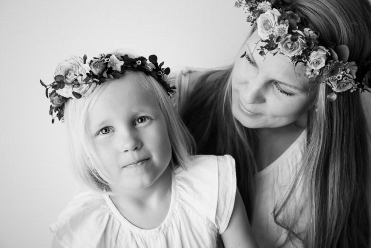 Äiti-lapsikuva kukkakranssit