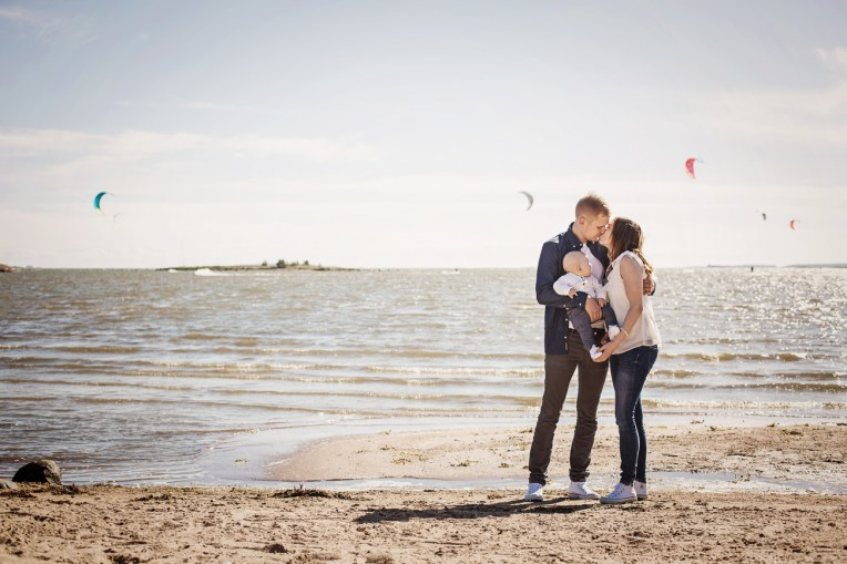 Perhekuvaus rannalla