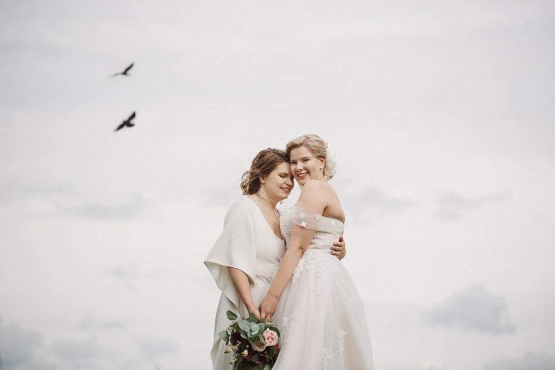 Naispari ja linnut