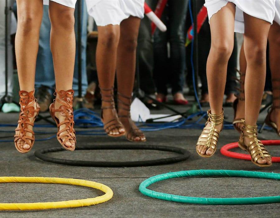 Le ragazze alla Feira de Sanatana festeggiano l'arrivo dei Giochi Olimpici a Rio con calzature ispirate all'antica Grecia (foto di Marcos De Paula) - http://www.italiashoes.com/