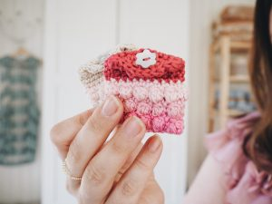 Pink-pouch-crochet-the-Petit-Pouch-Therese-Eghult-SistersInStitch-HHM-Happily-Hooked-Magazine