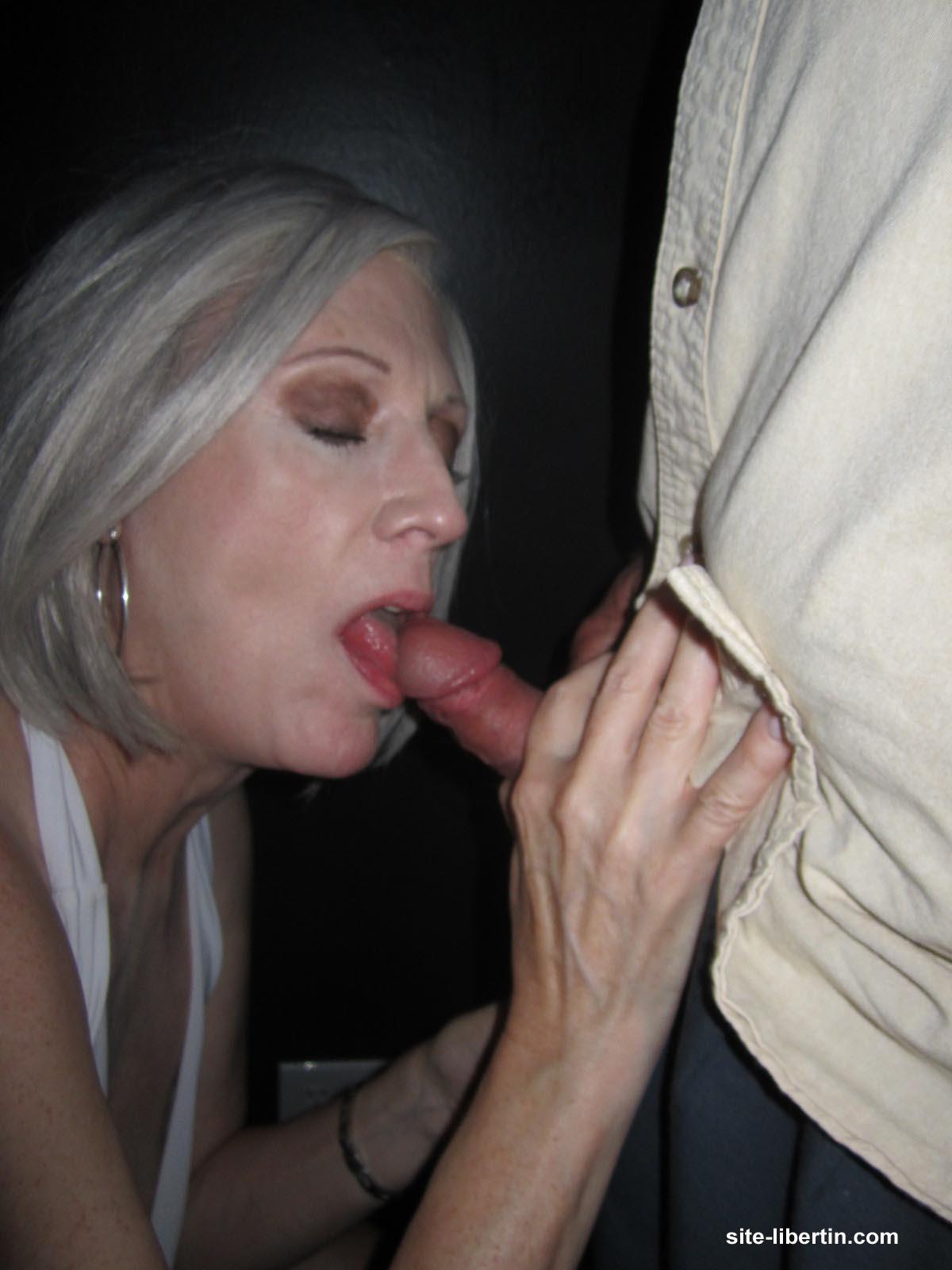 Soire sexe en Club  Mature libertine suce et avale