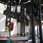 ムパタのクラブハウス内のレストラン/ダイニングエリア。奥にレセプションエリアやデン(図書スペース)がある。