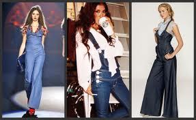 Desfile de modelos usando macacão jeans