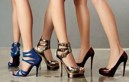 vários calçados de salto alto