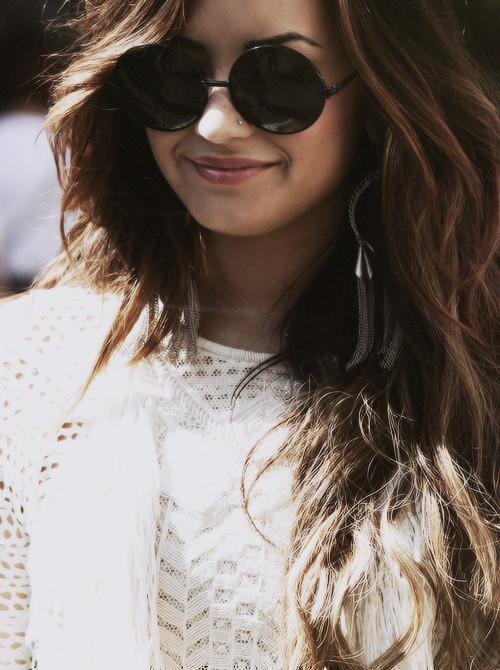Demi Lovato usando óculos redondo