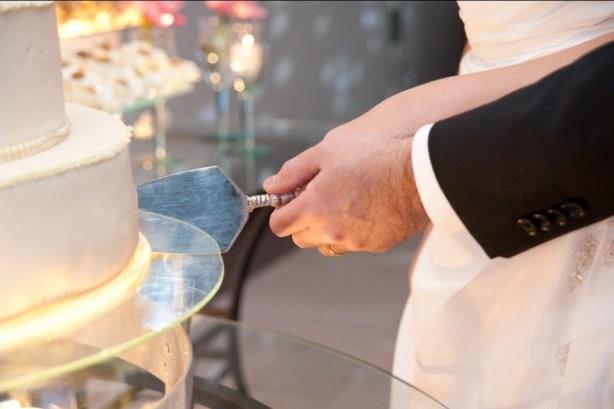 registro dos noivos partindo o bolo de casamento