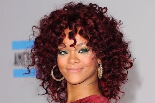 Rihanna com cabelos cacheados