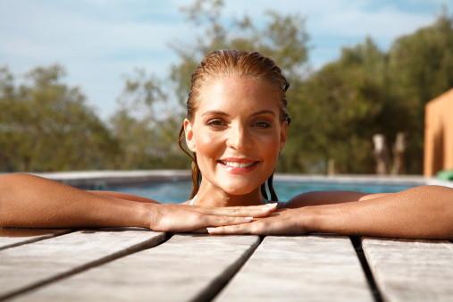 como proteger os cabelos dos efeitos da piscina