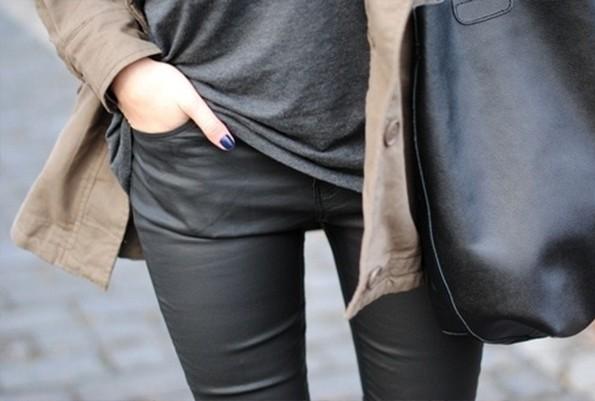 Calça resinada ou encerada para mulheres com quadris largos