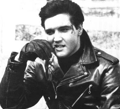 Elvis Presley usando gola rolê