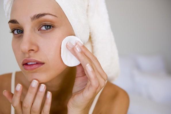 Cuidados com a pele do rosto pela manhã