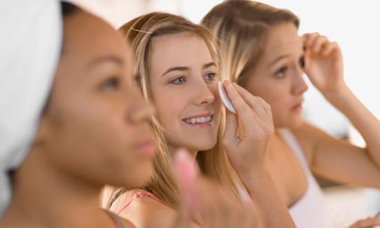 mulheres limpando rosto demaquilante