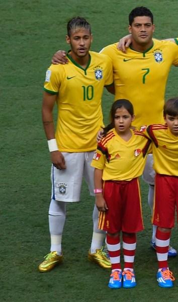 Neymar e a fã mirim antes do jogo do Brasil