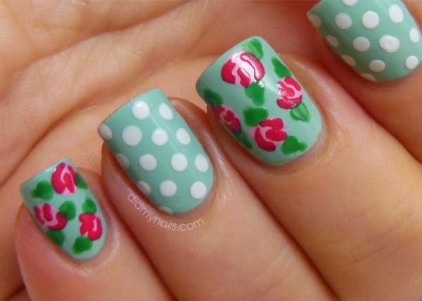 Decoração de unhas em verde e branco e desenho de frutas