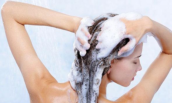 Escolher o shampo errado piora o Cabelo oleoso