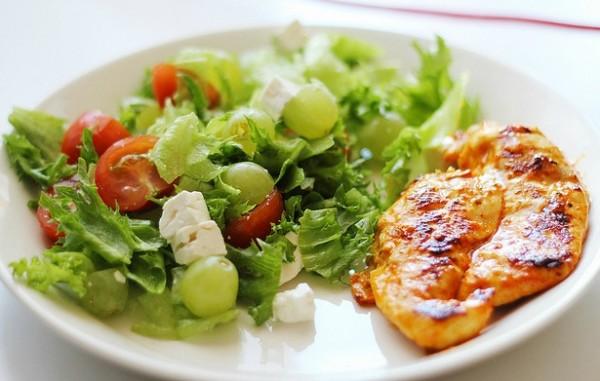 Invista em uma alimentação equilibrada para evitar o mau hálito