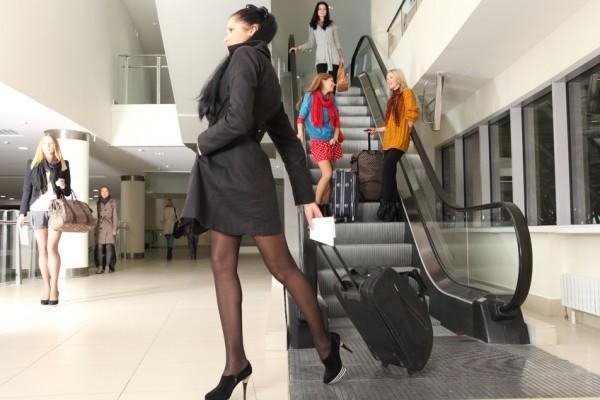 Mulher elegante: echarpes e tubinhos