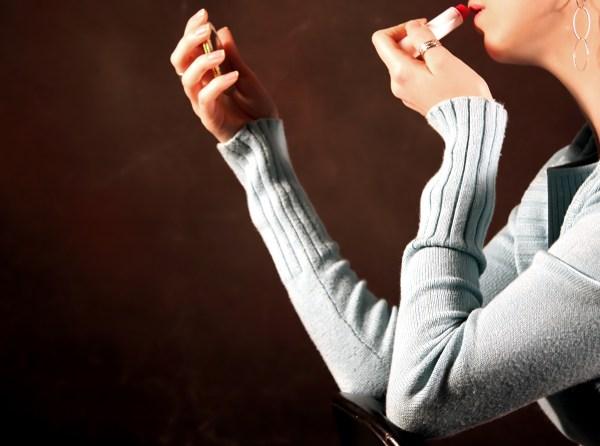 Escolha batons que ajudam manter a maquiagem sem derreter