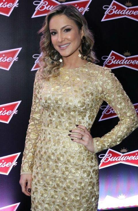 Claudia Leitte mostra como combinar o esmalte com o vestido de festa