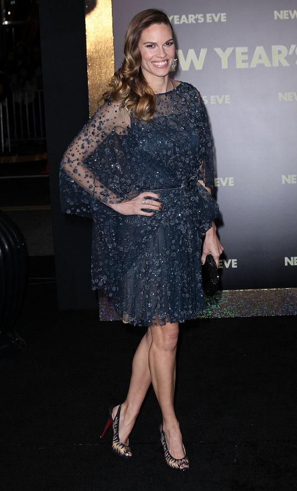 Hilary Swank mostra como combinar o esmalte com o vestido de festa