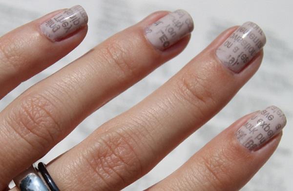 unhas decoradas com jornal