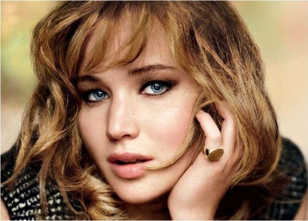 Mulher loira dos olhos azuis, entre as tendências de cores para o inverno 2015