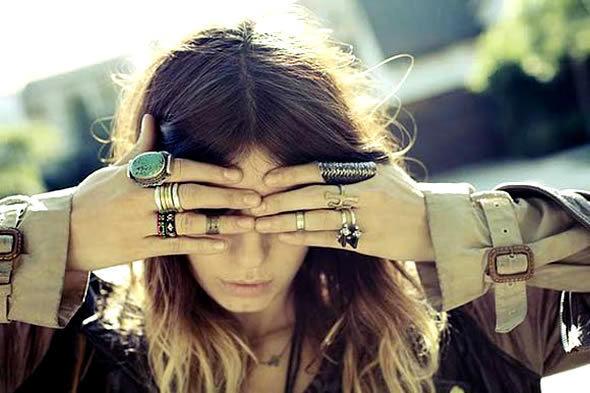 mulher exibindo o mix de anéis