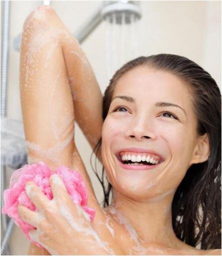 mulher lavando as axilas