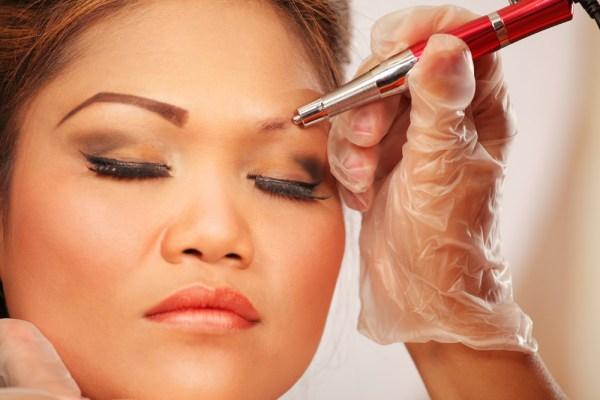 foto de famosa fazendo micropigmentação nas sobrancelhas
