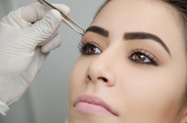 Mulher fazendo Megahair de sobrancelhas
