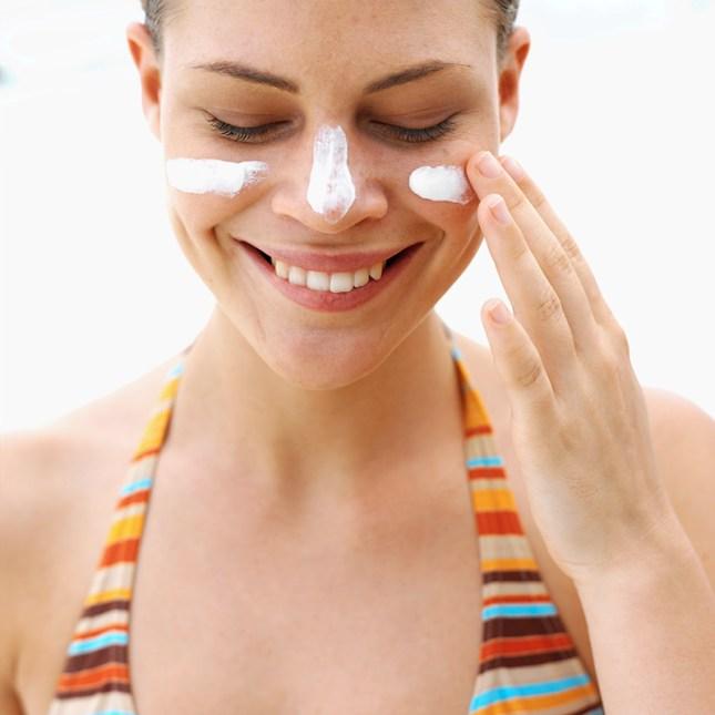 Passando protetor solar no rosto