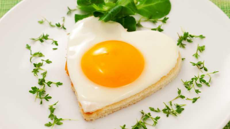 Lanche feito com ovo em formato de um coração