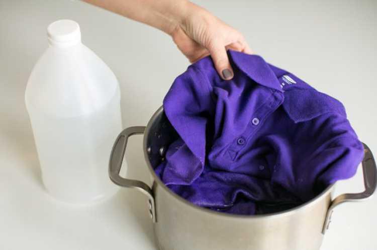 Para prevenir essa descoloração, mergulhe a roupa em uma solução composta por uma parte de vinagre e uma parte de água e deixe por 20 minutos.