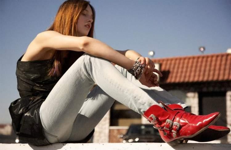 bota vermelha com calça jeans