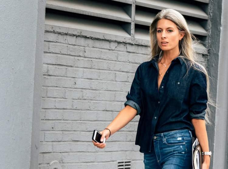 mulher usando camisa de botões e calça jeans