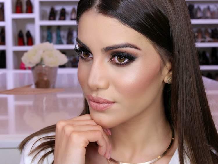 Camila Coelho usando uma maquiagem para balada
