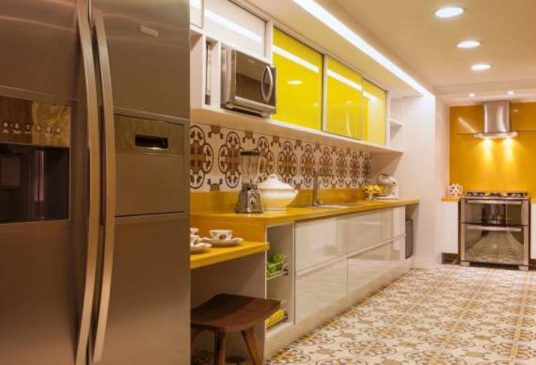 cozinha planejada pequena amarela