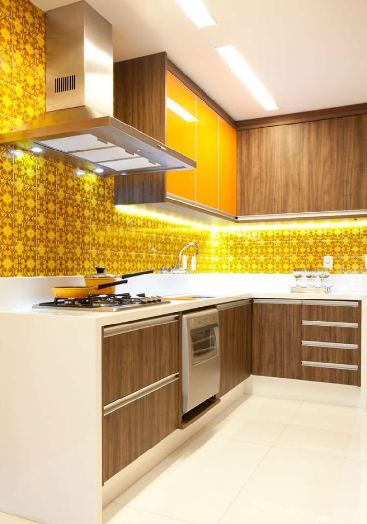 cozinha planejada pequena com cores fortes