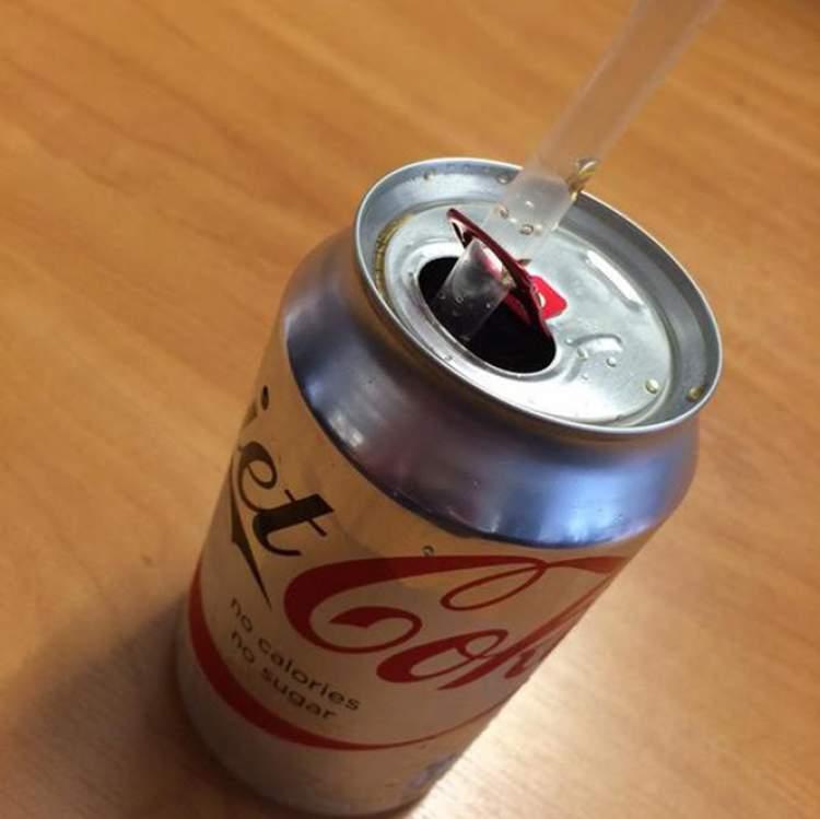 como encaixar o canudo na lata de refrigerante
