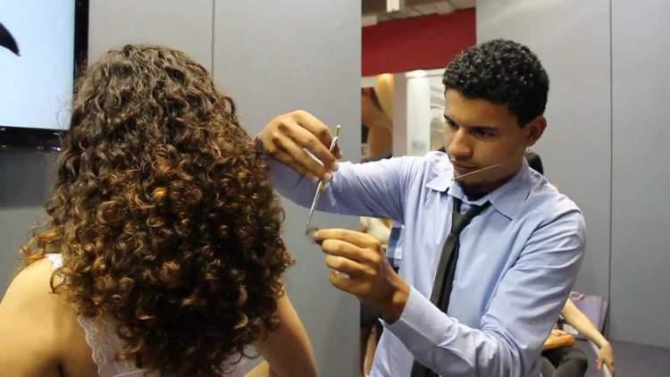 corte em U para cabelos cacheados volumosos