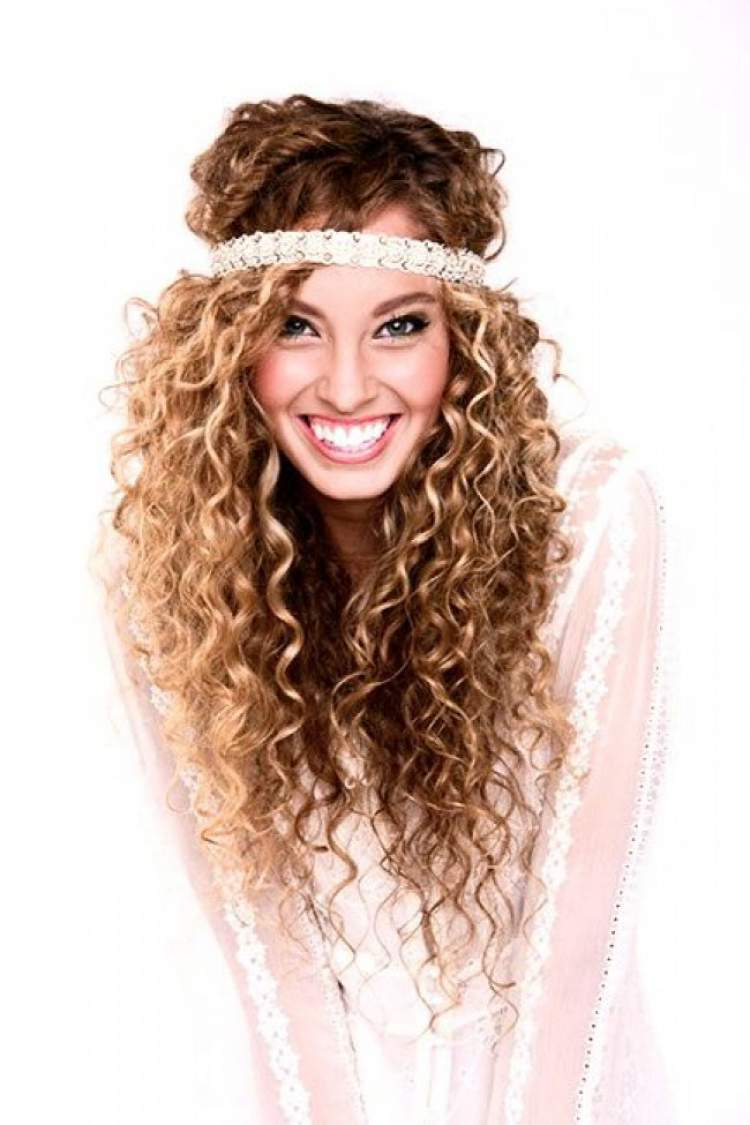 opção de penteado para noiva com o cabelo crespo