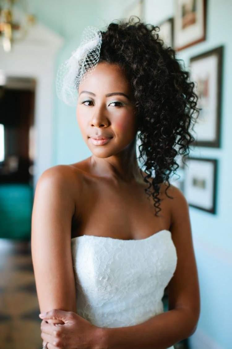 opção de penteado para noiva de cabelo cacheado