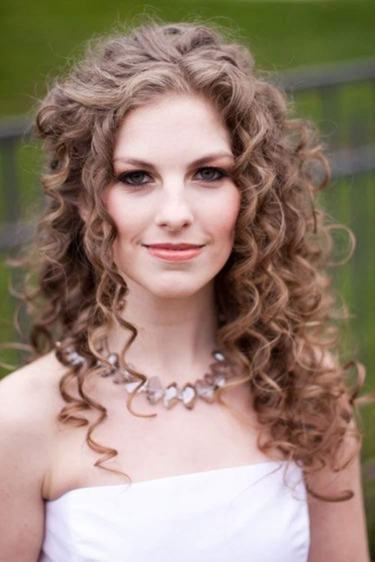 sugestão de penteado para noiva com cabelo cacheado