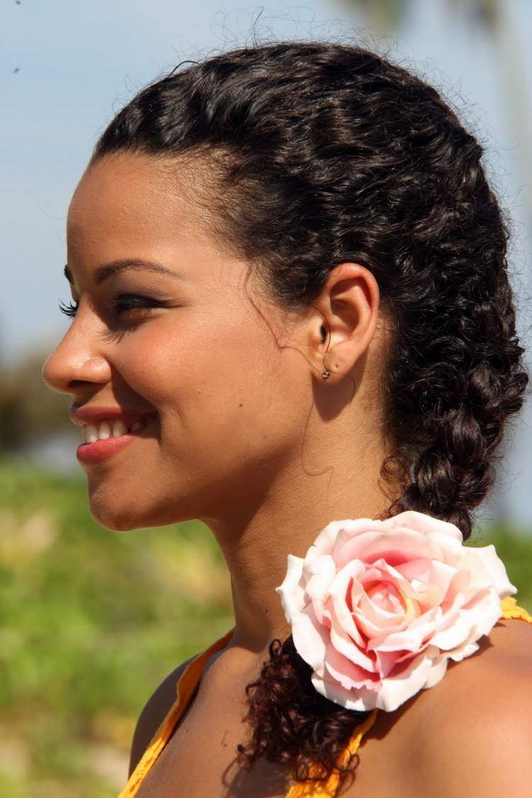 sugestão de penteado para noiva com o cabelo crespo