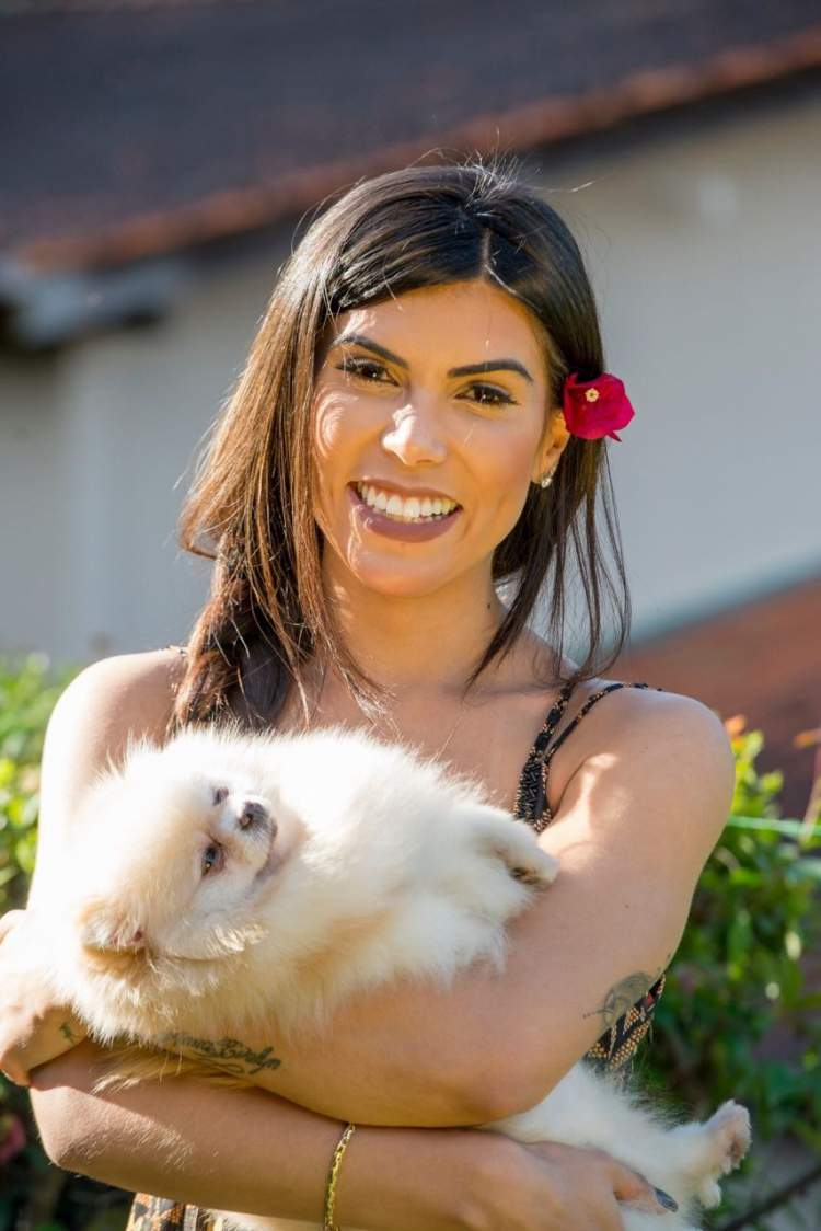 Priscila Rocha com a cadelinha Estrela