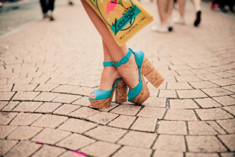 Sandálias plataforma com salto de cortiça são tendências da moda verão 2017