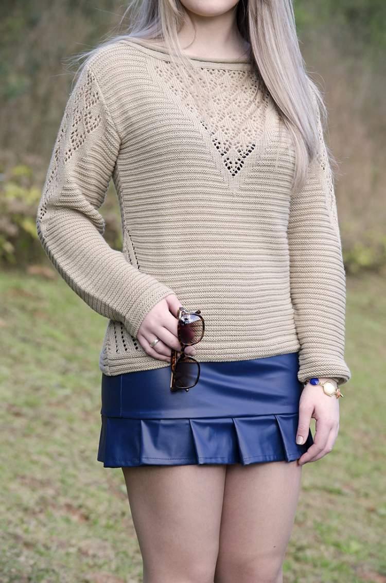 look com blusa de tricot e saia de couro