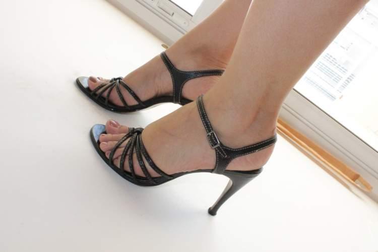 sandálias com tiras pretas